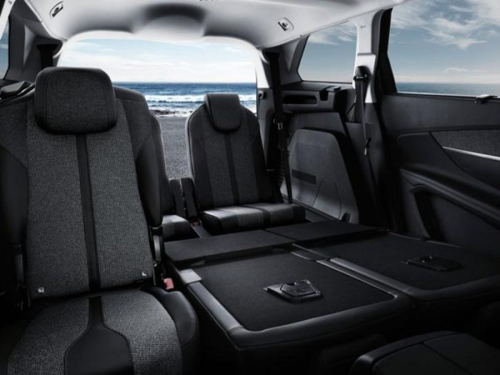 Renting Peugeot 5008 imagen interior trasera